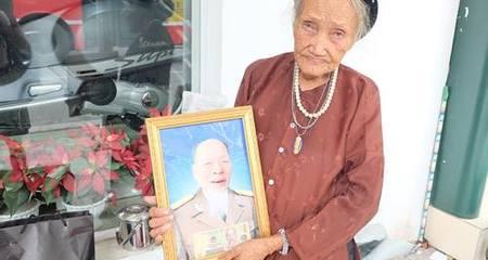 Cám cảnh cụ bà trăm tuổi cúng chồng bên vệ đường