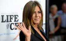 Jennifer Aniston mặc váy ngắn lộ bụng to bất thường