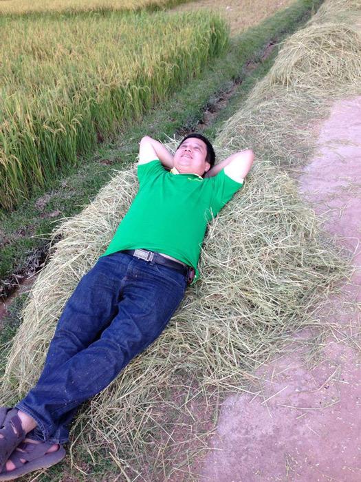 Chí Trung nằm trên lúa, Hồng Nhung áo mỏng lộ nội y