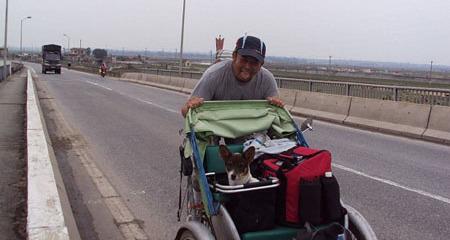 Gặp đầu bếp đi xuyên Việt bằng xe đạp, xích lô… với cún cưng