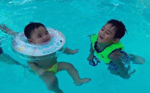 tập bơi, bé tập bơi, 7 tháng tuổi, thú vị
