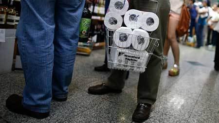 Vì sao người Nhật vội vã tích trữ giấy vệ sinh