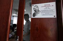 Tạc danh nhân trên cánh cửa lớp học