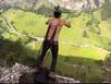 Người đàn ông nhảy từ đỉnh núi với dù móc vào da lưng