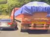 Ô tô suýt bị nghiền nát khi cố vượt xe tải