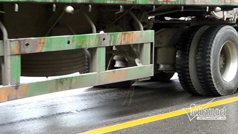 Hình ảnh khó tin dưới vệt bánh xe quá tải