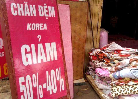 Đội đặc nhiệm quê ra Hà Nội gom hàng rẻ cho cả làng