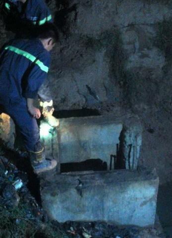 Tìm thấy thi thể bé trai rơi xuống cống ngầm