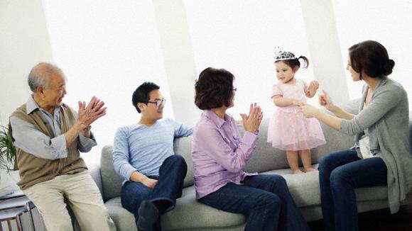 Từ vụ y tá ôm con tự tử: Học cách sống chung với mẹ chồng