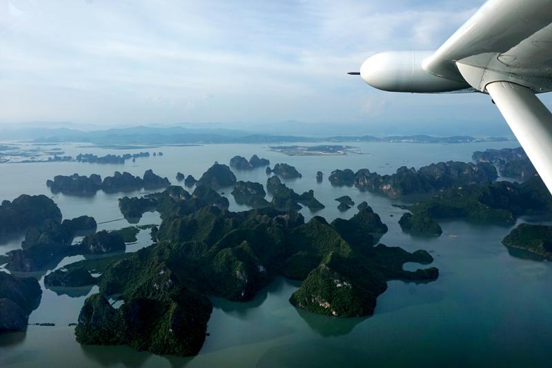 Hạ Long: Bức tranh thủy mặc nhìn từ thủy phi cơ