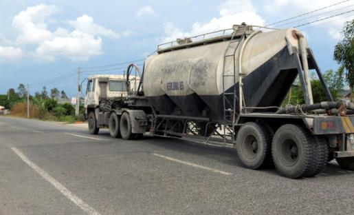Cung đường 'ngàn mảnh chắp vá' dưới bánh xe tải