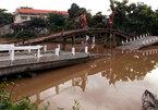 Cầu xây chưa xong đã gãy ngang, sập xuống sông