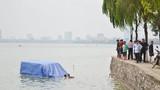Hà Nội: Xe 16 chỗ lao xuống hồ Tây