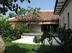 Ngôi nhà Việt cổ 1,5 triệu USD của vợ chồng Tây