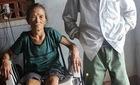 Xót mẹ già ngồi xe lăn chăm con tâm thần