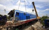 Cẩu đầu tàu lên đường ray sau vụ tai nạn nghiêm trọng
