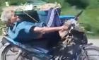Ông cụ nằm ngửa lái xe máy
