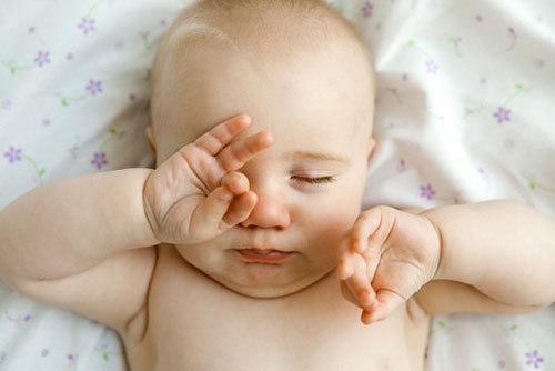 mắt trẻ sơ sinh