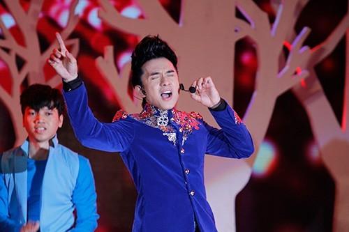 Ca sĩ Việt ngất xỉu trên sân khấu vì nghi án thuốc lắc, bùa ngải