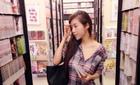Elly Trần vào thư viện cũng cố tình trễ áo