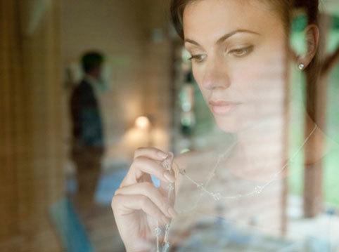 Chồng tình tứ với gái mại dâm trước mặt anh trai vợ