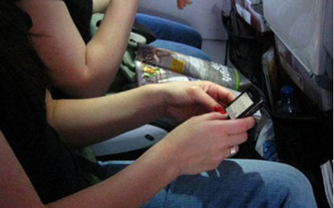 Cấm bay 4 tháng nữ hành khách dùng điện thoại trên máy bay