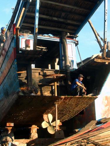 Lão ngư đại gia: Đóng tàu lớn làm lái buôn biển Đông