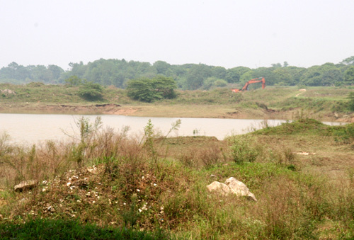 Đại công trường lấp sông Hồng bằng phế liệu