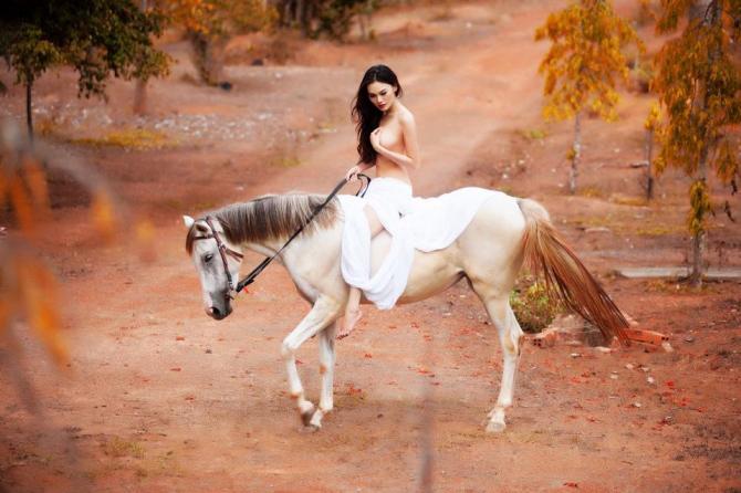 Người đẹp 'nude với ngựa' bị cấm biểu diễn