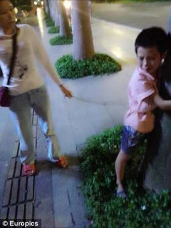 Trung Quốc: Mẹ đơn thân xích con trai vào xe đạp