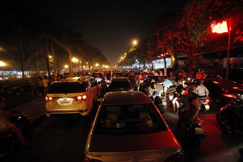 Sau màn pháo hoa lung linh, đường phố HN kẹt cứng