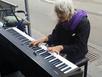 Nữ nhạc công tóc bạc đánh piano siêu đẳng xin tiền