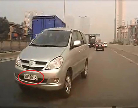 Cảnh ô tô đi ngược chiều khó tin giữa Thủ đô
