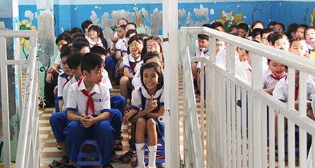 Học sinh chào cờ trên sân thượng ở TP.HCM