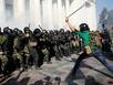 Đập phá, ẩu đả dữ dội trước Quốc hội Ukraina