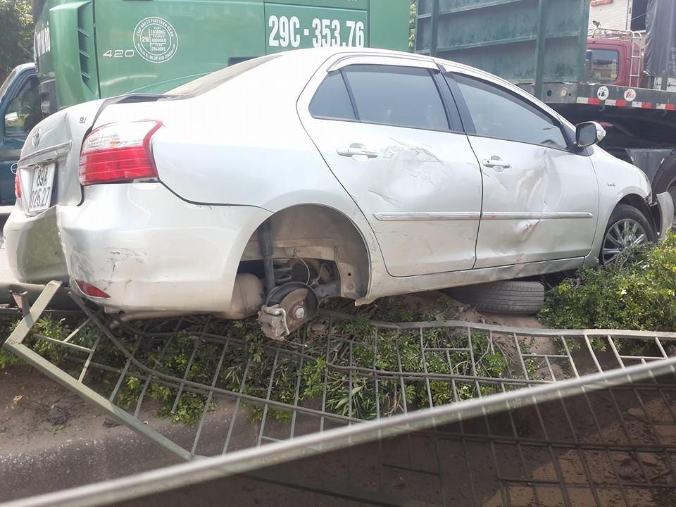 Ô tô bị đâm quay tròn, rụng bánh xe trên quốc lộ 5