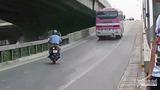 Cảnh khó tin tại đường trên cao Hà Nội