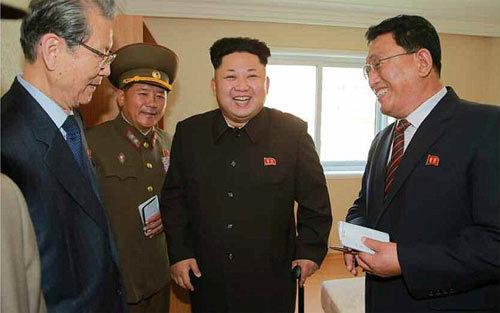 Kim Jong Un bị nghi chống gậy đứng 'diễn'