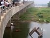 Xe tải trượt dài 50m lan can rồi lao xuống sông