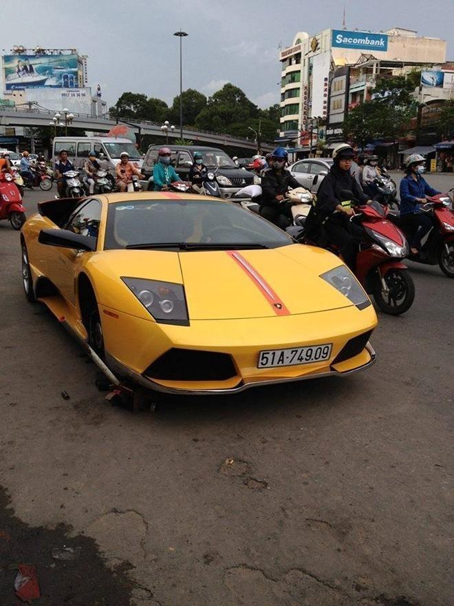 Việt Nam: 'Vật' siêu xe ra giữa đường thay lốp