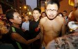 Bị cảnh sát giải tán, người biểu tình Hong Kong bật khóc