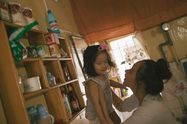 """Xúc động bộ ảnh """"Gà mái"""" của mẹ Việt đơn thân và con gái 2 tuổi"""