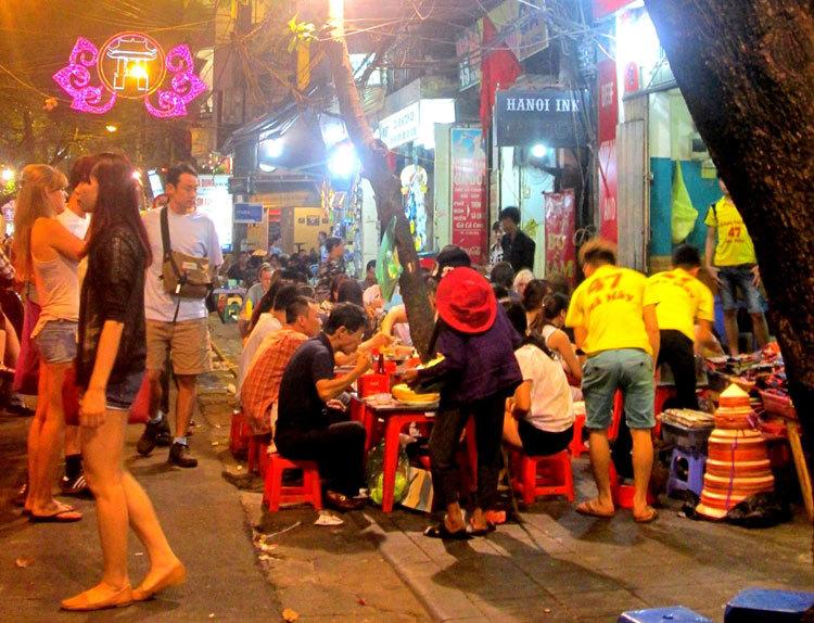 Cận cảnh những quán ăn phố cổ thu bạc triệu mỗi ngày