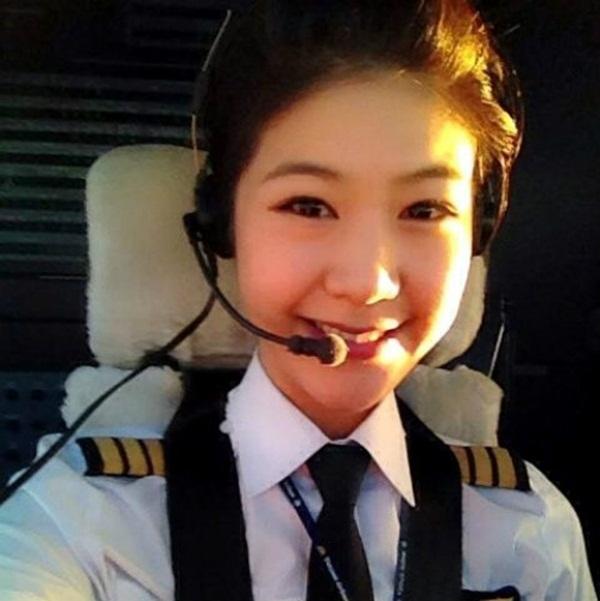 Ngỡ ngàng nhan sắc nữ phi công Việt