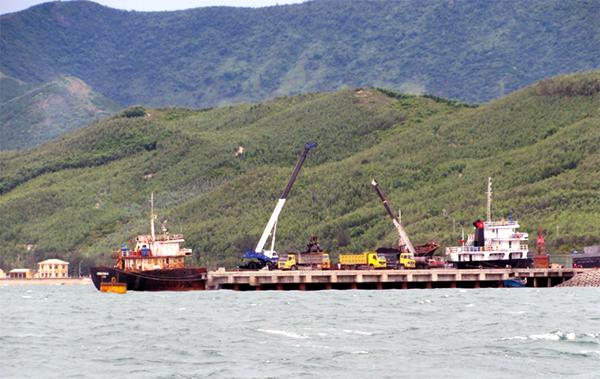 Xây kho, lắp đường ống bán dầu cho Lào