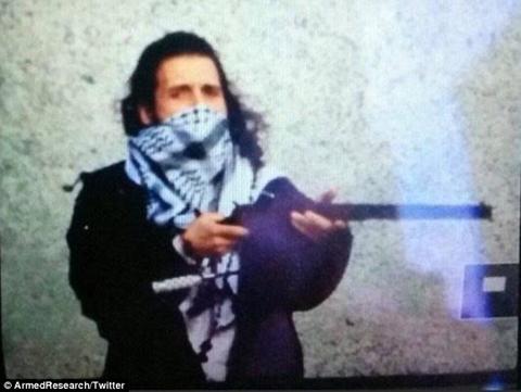 Bức ảnh mới công bố Zehaf-Bibeau cầm súng và mang khăn quàng che gần nửa mặt trong vụ xả súng. Ảnh: Daily Mail.