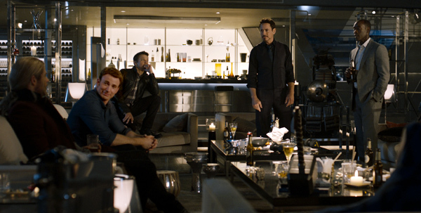 Thor (Chris Hemsworth), Black Widow (Scarlett Johansson), Captain America (Chris Evans), Hulk (Mark Ruffalo), Hawkeye (Jeremy Renner), Nick Fury (Samuel L.Jackson)