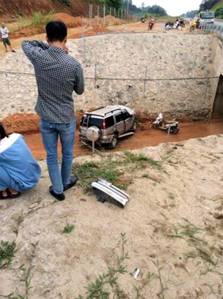 Ô tô 7 chỗ gặp nạn trên cao tốc Nội Bài - Lào Cai