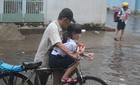 Đường Sài Gòn ngập, phụ huynh thuê xe ba gác đón con về