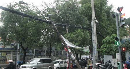 Mưa, lốc đổ cột điện gây nguy hiểm cho người đi đường